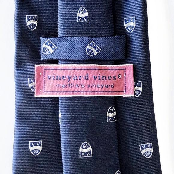 Vineyard Vines Other - Vineyard Vines All Silk Sports Club Crest Tie